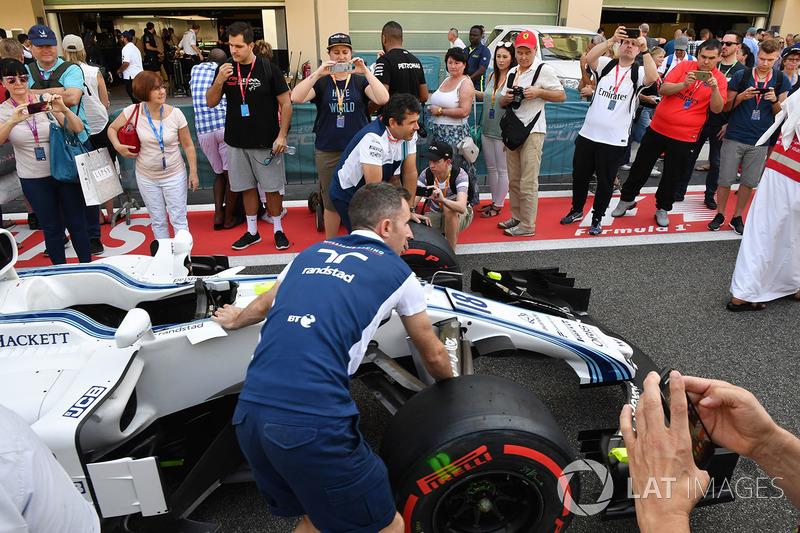 Des fans dans la voie des stands avec la Williams FW40