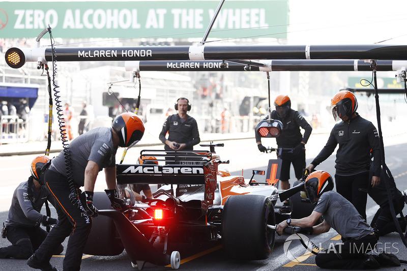 Fernando Alonso, McLaren MCL32,en pits