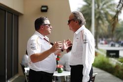Zak Brown, directeur exécutif du McLaren Technology Group, parle à Mansour Ojjeh, co-propriétaire de McLaren