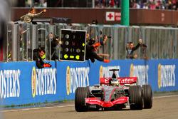 Pedro de la Rosa, McLaren Mercedes MP4-21 cruza la meta