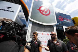 Ромен Грожан (Haas F1 Team) спілкується з медіа