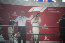 Podio: el Dr. Dieter Zetsche, CEO de Mercedes Benz, es rociado con Champagne por Lewis Hamilton, Mercedes AMG F1