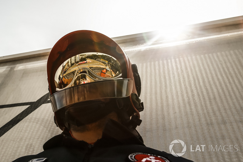 Sebastian Vettel, Ferrari SF71H reflejado en un casco de bombero
