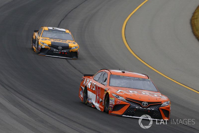 Daniel Suarez, Joe Gibbs Racing, Toyota Camry ARRIS ed Erik Jones, Joe Gibbs Racing, Toyota Camry DeWalt