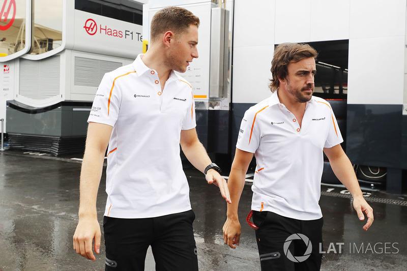 Stoffel Vandoorne, McLaren, con Fernando Alonso, McLaren