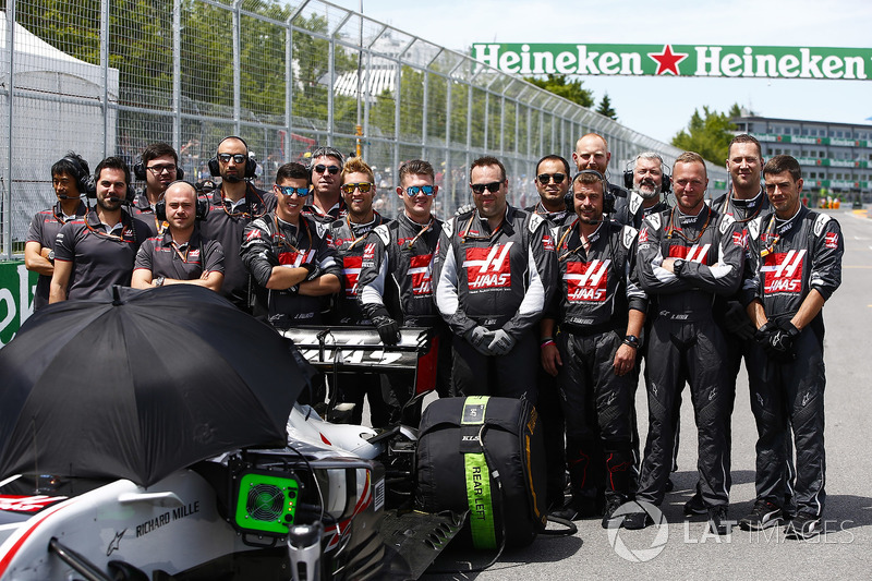 Haas F1 engineers on the grid with the car of Romain Grosjean, Haas F1 Team VF-18