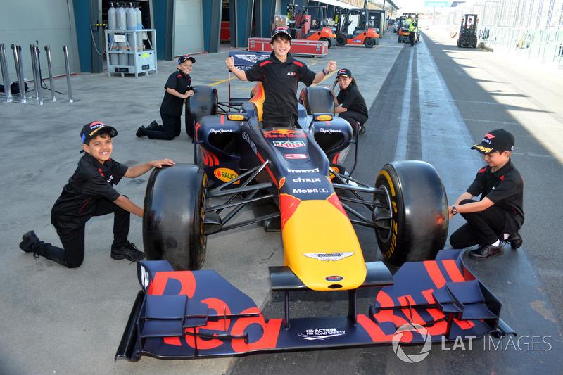 Grid çocukları ve Red Bull Racing F1 aracı
