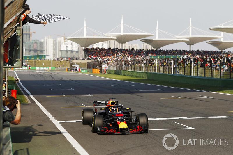 Daniel Ricciardo, Red Bull Racing RB14 Tag Heuer se lleva la victoria