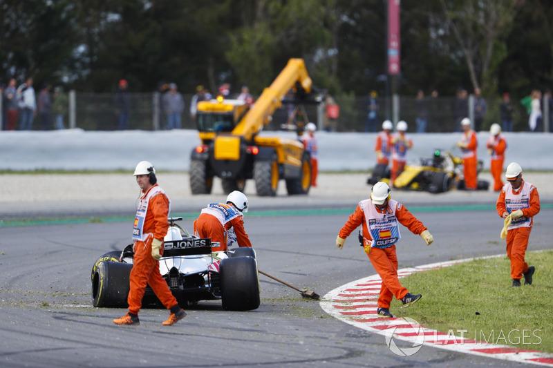 I marshal puliscono la pista dopo l'incidente nel giro di apertura, che ha coinvolto Pierre Gasly, Toro Rosso STR13, Romain Grosjean, Haas F1 Team VF-18 e Nico Hulkenberg, Renault Sport F1 Team R.S. 18