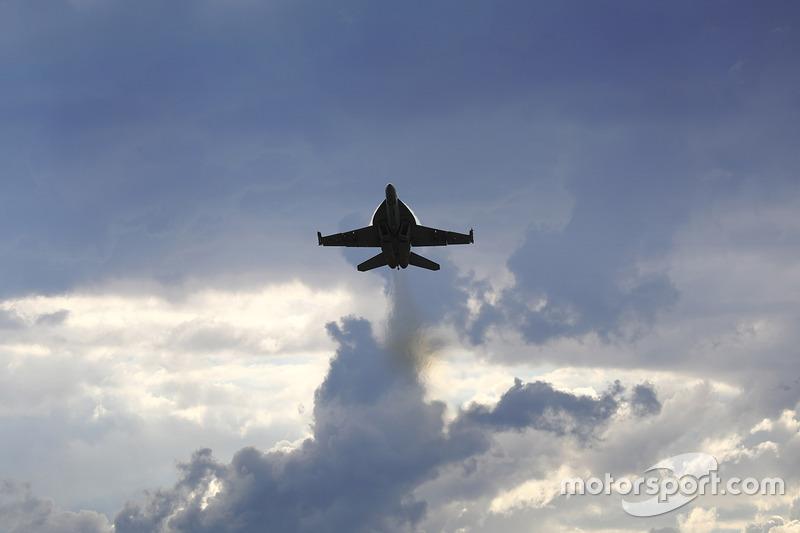 Un avión de la Royal Australian Air Force F/A-18F Super Hornet pasa sobre el circuito