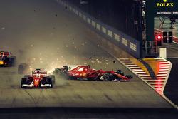 Sebastian Vettel, Ferrari SF70H en tête alors que Kimi Raikkonen, Ferrari SF70H et Max Verstappen, Red Bull Racing RB13 s'accidentent