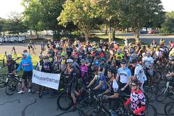 Radfahrer bei der Gedenktour für Nicky Hayden
