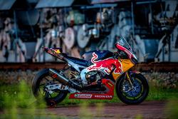 De motor van Stefan Bradl, Honda World Superbike Team in een oud industriegebied