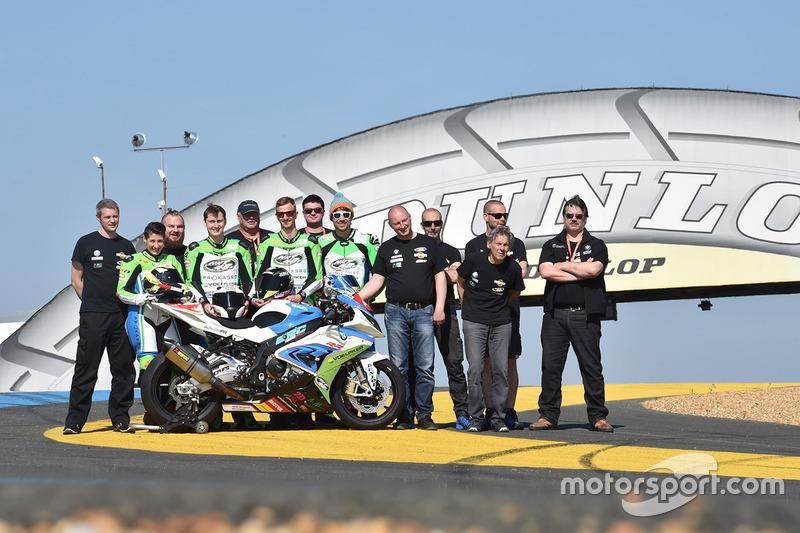 Gruppenfoto: #48 BMW: Stefan Kerschbaumer, Jan Bühn, Lucy Glöckner, Dominik Vincon