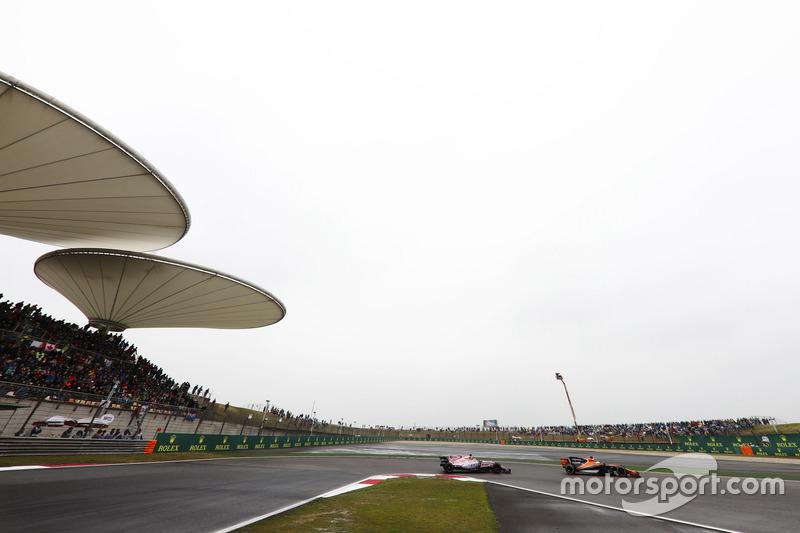 Fernando Alonso, McLaren MCL32; Sergio Perez, Force India VJM10