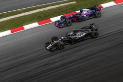 Kevin Magnussen, Haas F1 Team VF-17 et Pierre Gasly, Scuderia Toro Rosso STR12