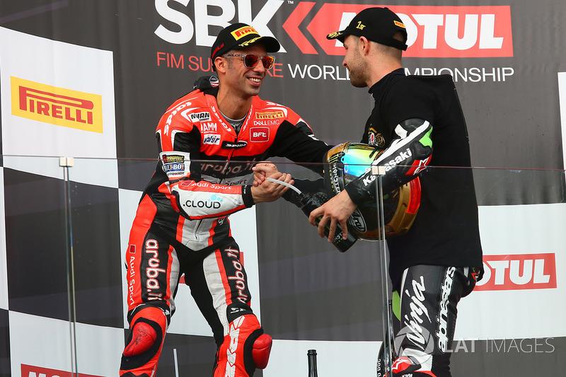 Подіум: переможець гонки та чемпіон світу 2017 року Джонатан Рей, Kawasaki Racing, друге місце Марко Меландрі, Ducati Team