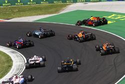 Daniel Ricciardo, Red Bull Racing, runs wide, as Lewis Hamilton, Mercedes AMG F1 W08, Carlos Sainz Jr., Scuderia Toro Rosso STR12, Fernando Alonso, McLaren MCL32, Stoffel Vandoorne, McLaren, Jolyon Palmer, Renault Sport F1 Team, Sergio Perez, Sahara Force