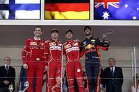 ريكاردو آدامي، مهندس سباقات بفريق فيراري والفائز بالسباق سيباستيان فيتيل، فيراري، المركز الثاني كيمي رايكونن، فيراري، المركز الثالث دانيال ريكاردو، ريد بُل