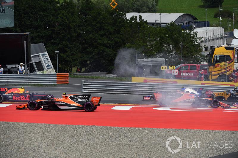 Kollision: Max Verstappen, Red Bull Racing RB13, Fernando Alonso, McLaren MCL32, Daniil Kvyat, Scude