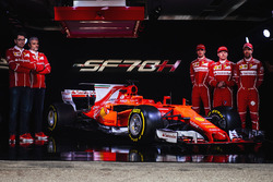 Kimi Raikkonen, Sebastian Vettel, Antonio Giovinazzi, Maurizio Arrivabene, jefe de equipo de Ferrari y Mattia Binotto, jefe técnico de Ferrari
