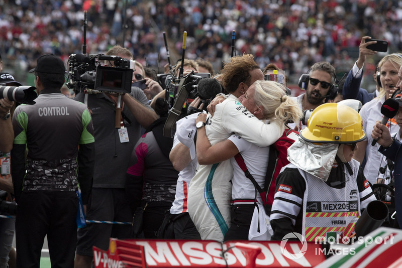2018 F1 Dünya Şampiyonu Lewis Hamilton, Mercedes AMG F1 ve Angela Cullen, PA, physio , parc ferme