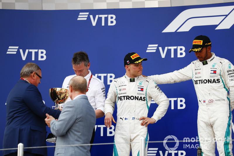 Il vincitore della gara Lewis Hamilton, Mercedes AMG F1, il secondo classificato Valtteri Bottas, Mercedes AMG F1, sul podio con James Allison, Direttore tecnico, Mercedes AMG, riceve il trofeo Costruttori da Andrey Kostin, Presidente e Chairman del consiglio di amministrazione VTB Bank