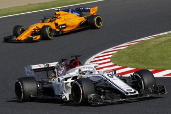 Marcus Ericsson, Sauber C37 precede Stoffel Vandoorne, McLaren MCL33