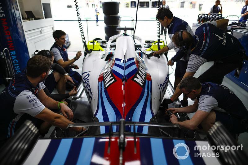 Les mécaniciens Williams au travail dans le garage