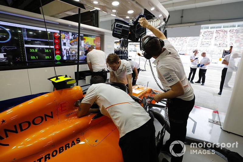 Miembros del equipo trabajan en el coche de Stoffel Vandoorne, McLaren MCL33
