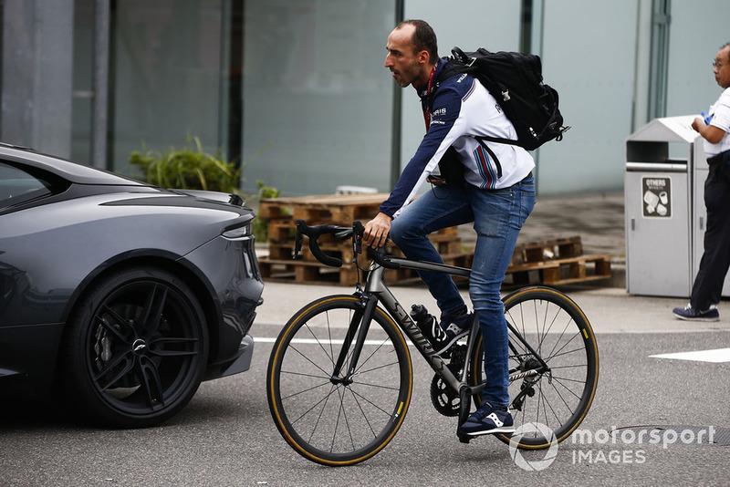 Robert Kubica, Williams Racing, llega al paddock en bicicleta