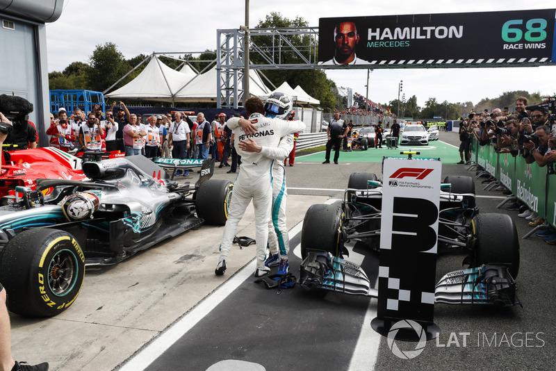 El ganador de la carrera Lewis Hamilton, Mercedes AMG F1 W09, y el tercer lugar Valtteri Bottas, Mercedes AMG F1 W09, celebran