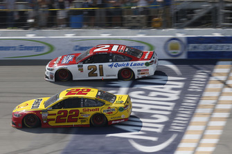 Joey Logano, Team Penske, Ford Fusion Shell Pennzoil, Paul Menard, Wood Brothers Racing, Ford Fusion Earn While You Learn/NewFordTech.com