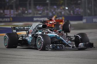 Lewis Hamilton, Mercedes AMG F1 W09 EQ Power+, devant Sebastian Vettel, Ferrari SF71H