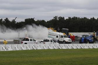 Réparations sur la clôture après l'accident de Robert Wickens, Schmidt Peterson Motorsports Honda, James Hinchcliffe, Schmidt Peterson Motorsports Honda, Ryan Hunter-Reay, Andretti Autosport Honda, Pietro Fittipaldi, Dale Coyne Racing Honda