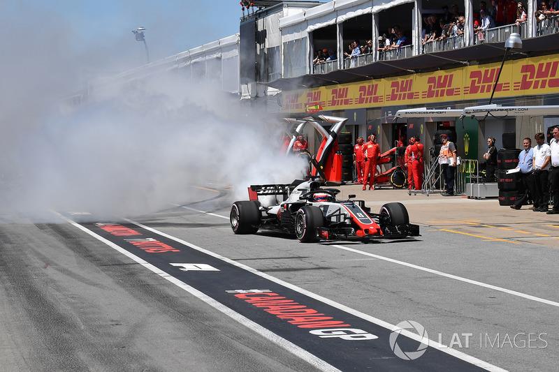 Romain Grosjean, Haas F1 Team VF-18 smokes in pit lane in Q1