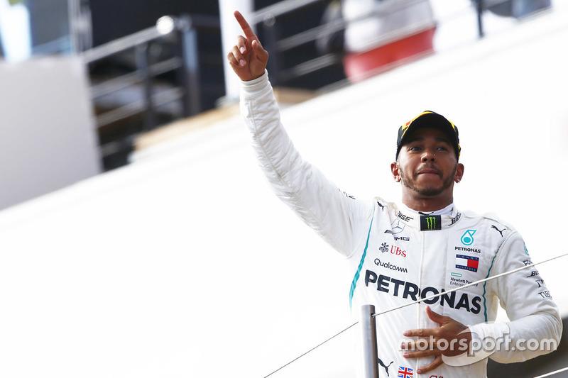 Lewis Hamilton, Mercedes AMG F1, fête sa victoire sur le podium