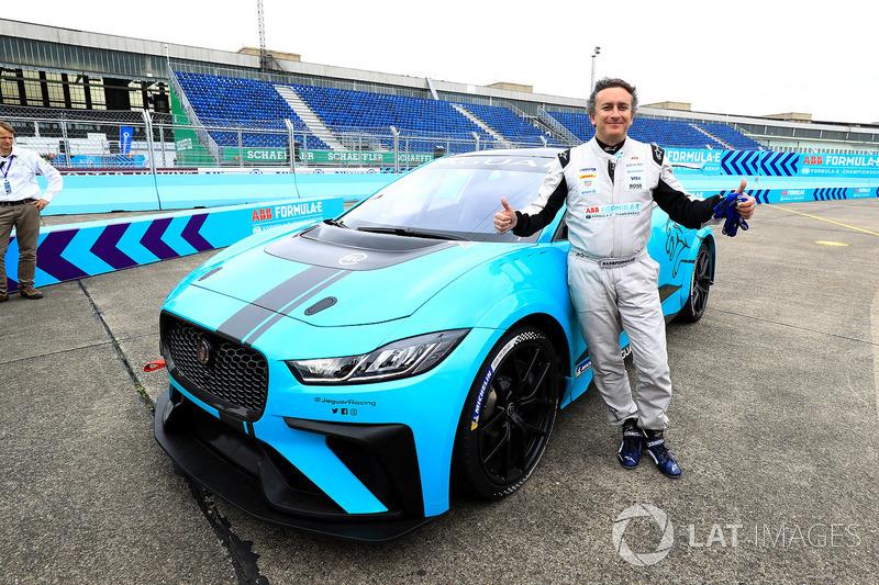 Alejandro Agag, CEO de Fórmula E, con el Jaguar iPace eTrophy car