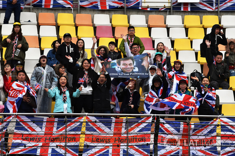Lewis Hamilton, Mercedes-AMG F1 fans and banners