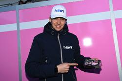 Esteban Ocon, Force India F1 con un modellino della Force India