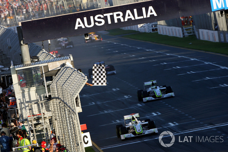 Drapeau à damier pour Jenson Button, Brawn Grand Prix BGP 001 et Rubens Barrichello, Brawn Grand Prix BGP 001