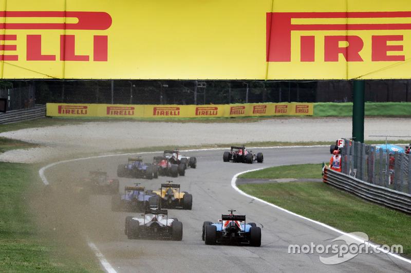Esteban Ocon, Manor Racing MRT05 andEsteban Gutierrez, Haas F1 Team VF-16 at the start of the race