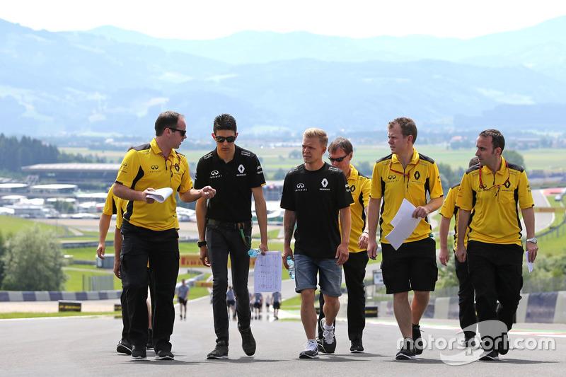 Esteban Ocon, Ersatzfahrer, Renault Sport F1 Team; Kevin Magnussen, Renault Sport F1 Team