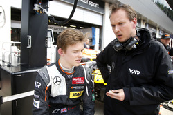 Callum Ilott, Van Amersfoort Racing Dallara F312 – Mercedes-Benz con su ingeniero