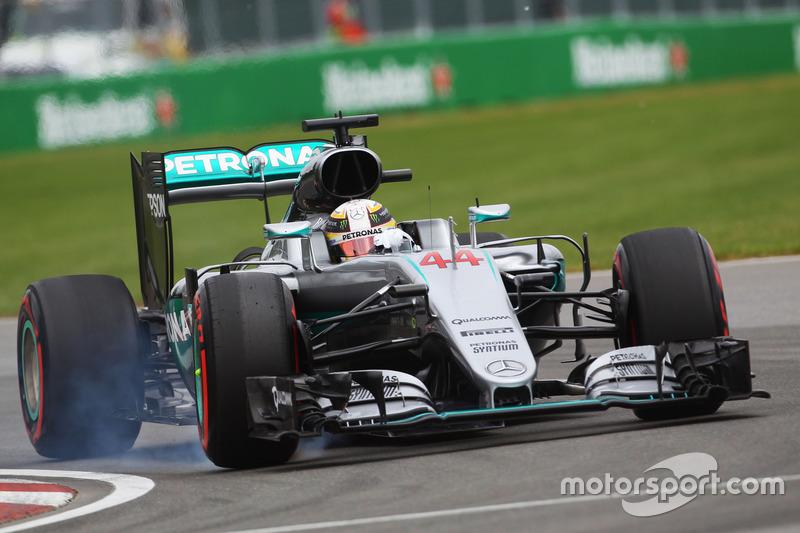 Lewis Hamilton, Mercedes AMG F1 W07 Hybrid locks up under braking