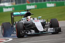 Lewis Hamilton, Mercedes AMG F1 W07 Hybrid blokkeert de banden tijdens het remmen