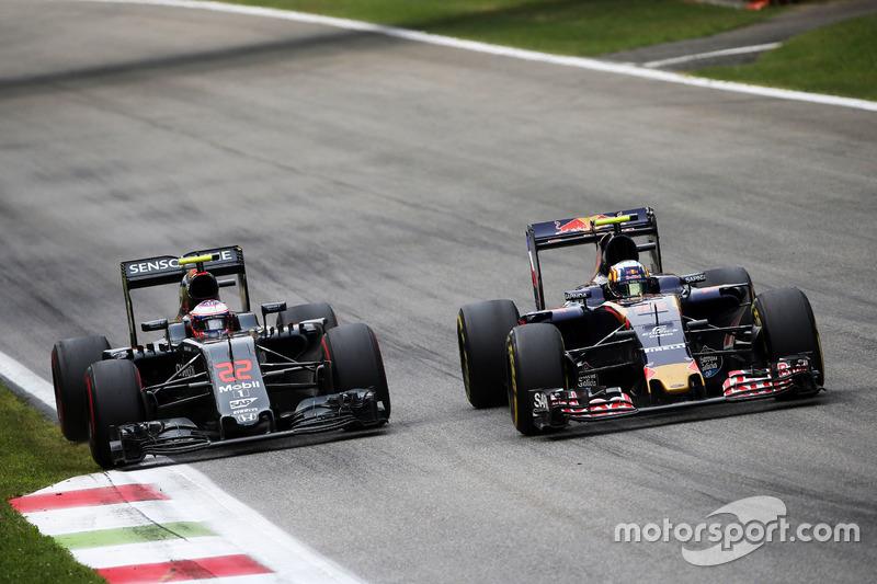 (L to R): Jenson Button, McLaren and Carlos Sainz Jr., Scuderia Toro Rosso STR11 battle for position