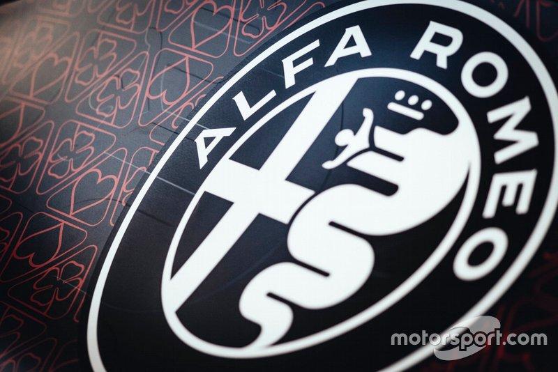 Dettaglio del logo dell'Alfa Romeo Racing
