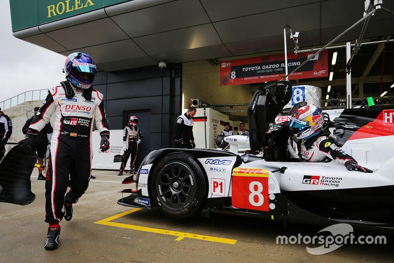 #8 Toyota Gazoo Racing Toyota TS050: Sébastien Buemi, Fernando Alonso, in the pits
