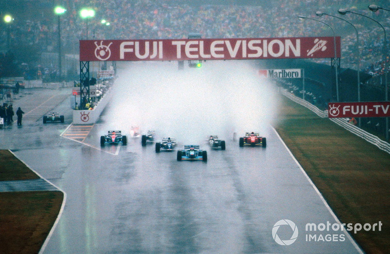 Гонка стартовала в ужасных условиях – не понятно, как при таком количестве воды гонщики хоть что-то видели на трассе и держались на ней